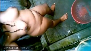 Indian Hidden cam mms showing naked milf aunty bathing