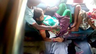 xvideos Desi young Couple sex in public train xxx bf